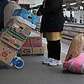 Les vendeurs de légumes attendent le train, Sakura station