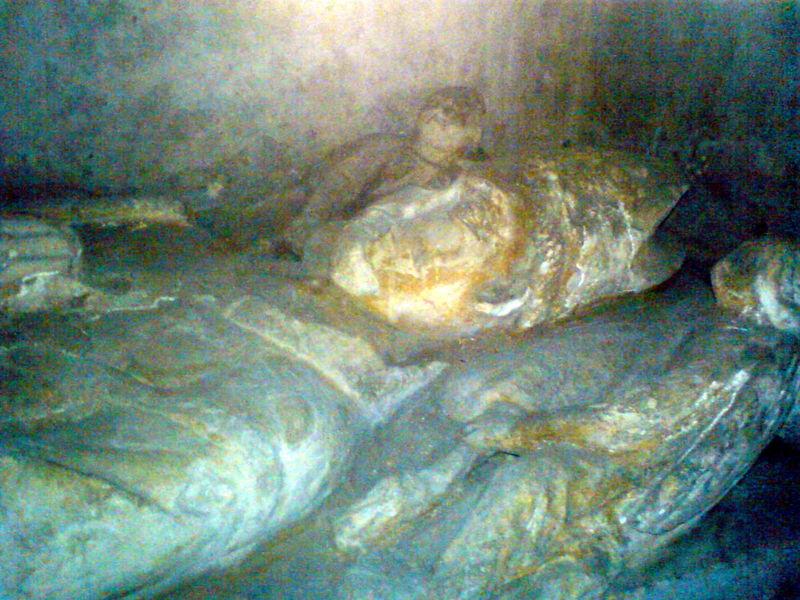 Eglise Ste Croix, tombeau d'un Abbé, détail