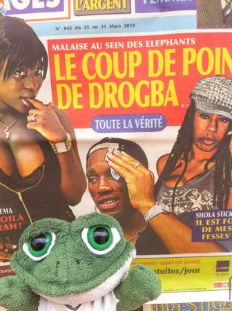 photo de brOOky devant un magazine sur Drogba - Abidjan