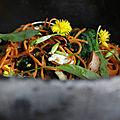 Wok aux nouilles au quinoa, champignons et plantes sauvages.