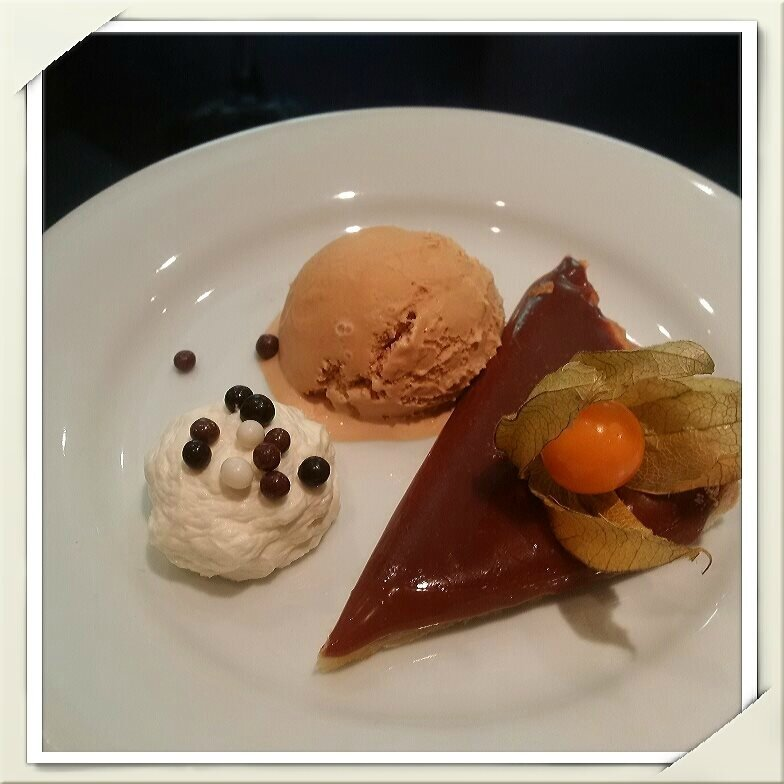 Tarte aux Carambars (pâte sablée maison), crème fouettée au mascarpone et à la fève Tonka, glace caramel beurre salé