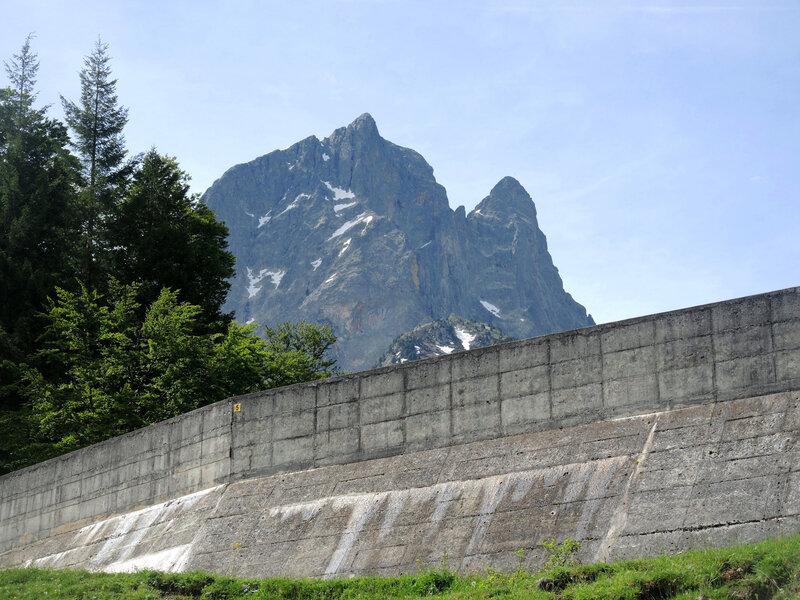 A) Bious-Artigues, barrage et pic du Midi d'Ossau (64)