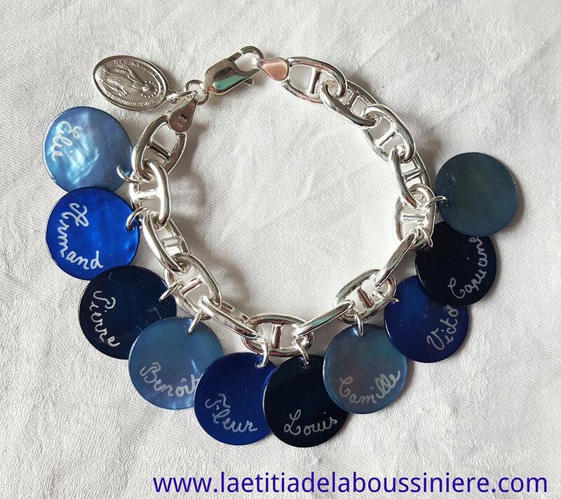 Bracelet personnalisé sur chaîne argent massif maille marine composé de 10 médailles en nacre gravées et une médaille miraculeuse en argent massif