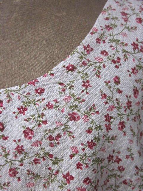 Robe EUPHRASIE en lin naturel à petites fleurs rouge - 2 poches dans les coutures de côté (5)