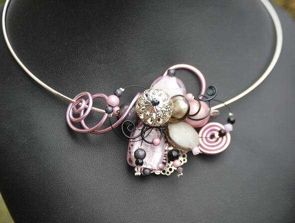 collier tour de cou rose pale et gris 25 euros