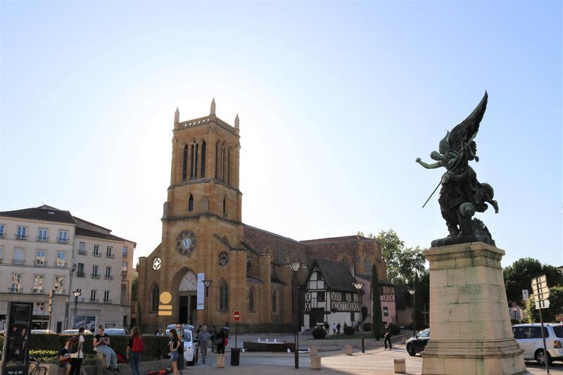 IMG_1491 B église Saint Etienne et le monument des combattants 1870-1871