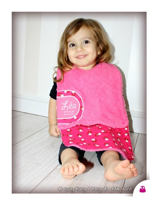 IMG_4803-LEA-owly-mary-du-pole-nord-bavoir-fille-mixte-bebe-bavette-champignon-essuie-bouille-amovible-rallonge-rose-fuchsia-fuschia
