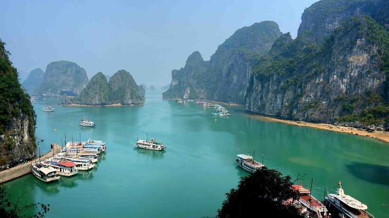 Ha_Long_Bay_on_a_sunny_day_Wiki