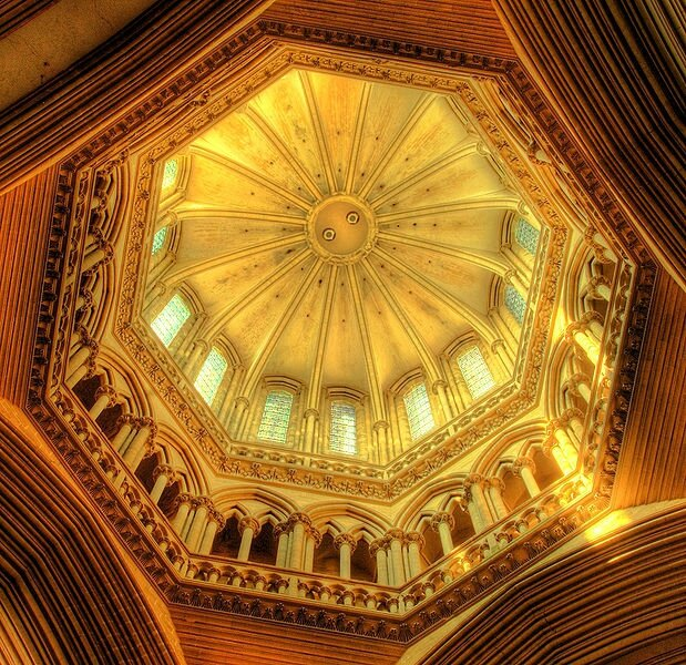 619px-Coutances_cathedral_dome_sunlit