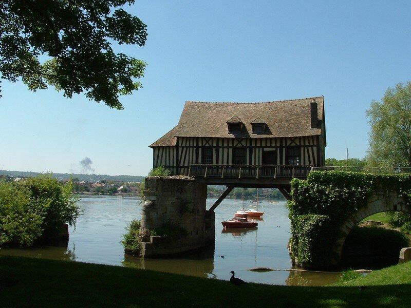 10 A Pont (XIIe) et moulin (XVIe) à cheval sur la Seine