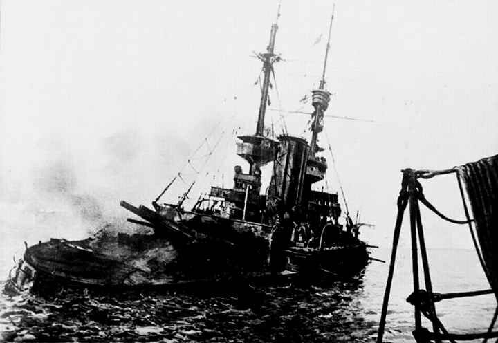 800px-HMS_Irresistible_abandoned_18_March_1915-600x413