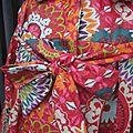 Ciré AGLAE en coton enduit multicolore sur fond rouge fermé par un noeud (4)