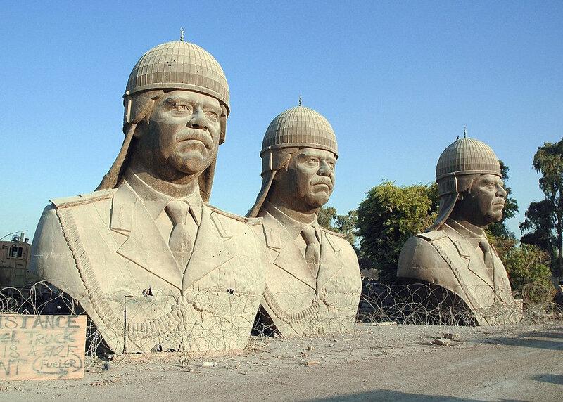 1024px-SaddamHusseinBronzeskulpturen