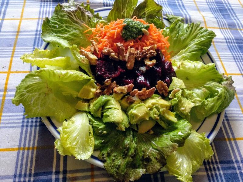Salade aux carottes râpées et betterave rouge et avocats aux noix