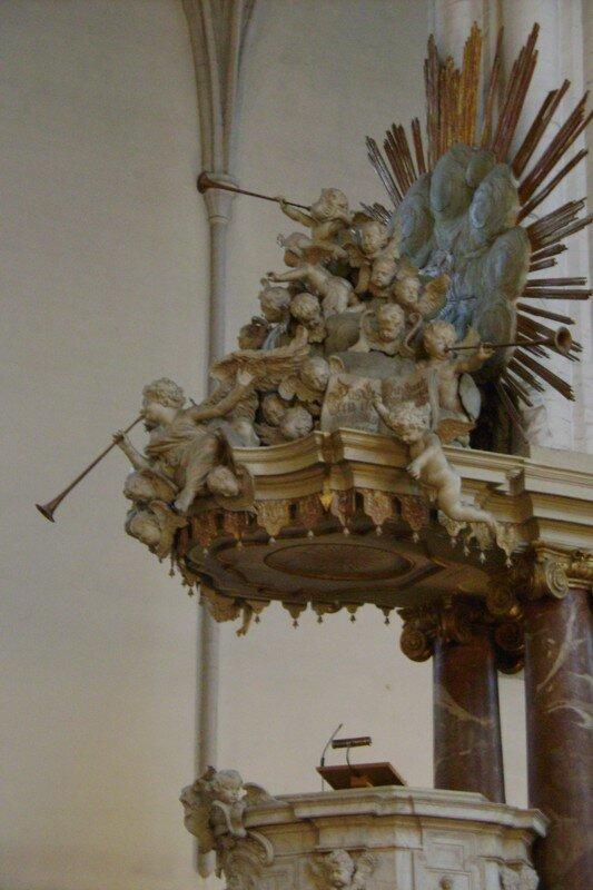la chaire et les jolis chérubins de l'église Sainte-Marie