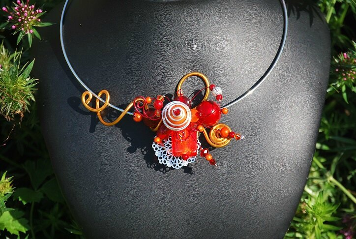 collier tour de cou rouge et orange 26 euros