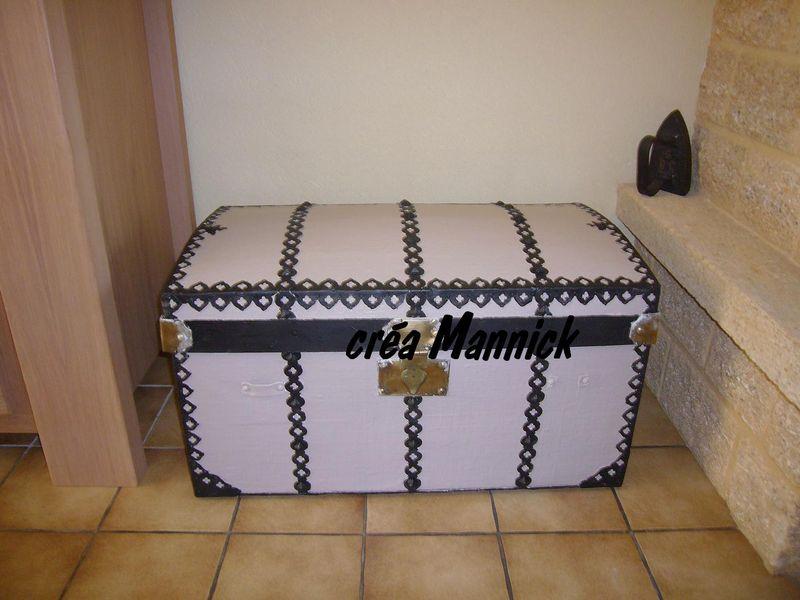 je viens de repeindre notre vieille malle cr a mannick cartonniste amateur. Black Bedroom Furniture Sets. Home Design Ideas