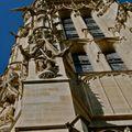 Statuaire et détail de la tour Saint-Jacques.
